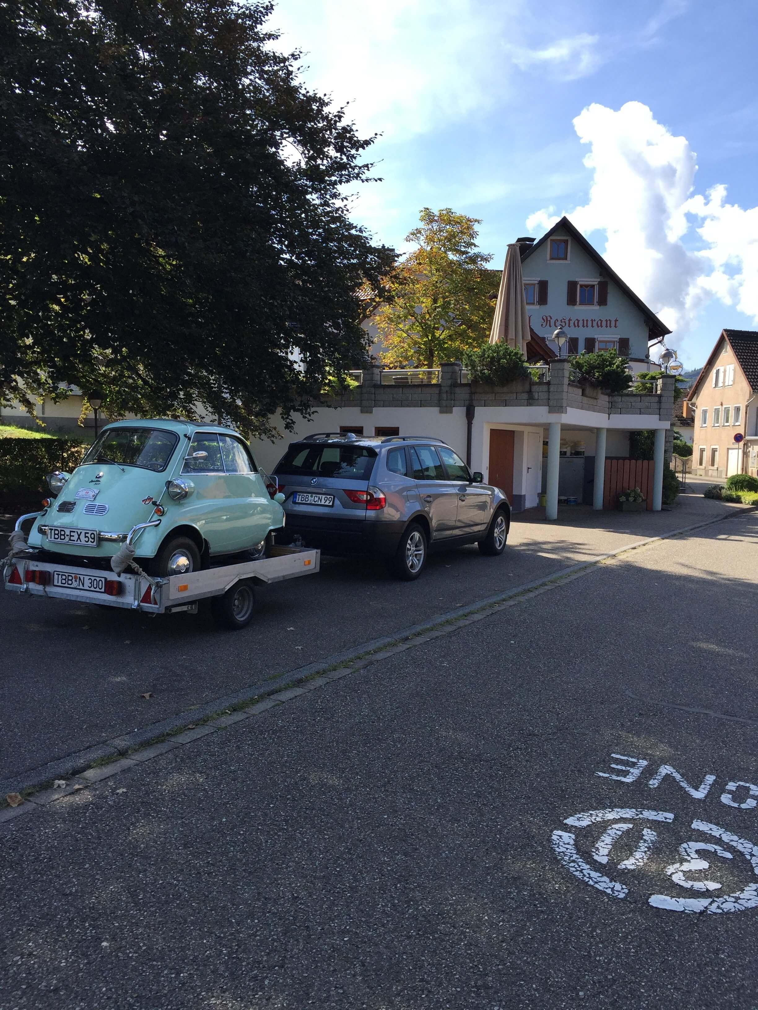 großer Parkplatz mit Hänger-Motorradfahren-Schwarzwald-Elsass-Hotel-Pension-Schmieders Ochsen
